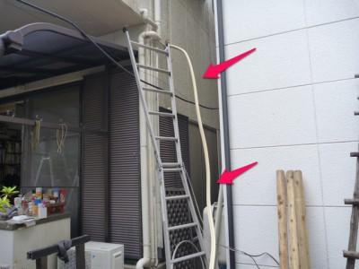 外での配管作業