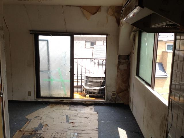ガラスが割れた部屋