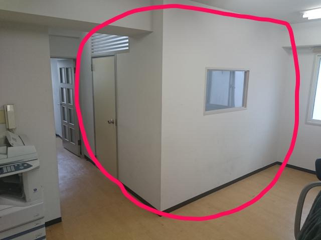 事務所内の壁